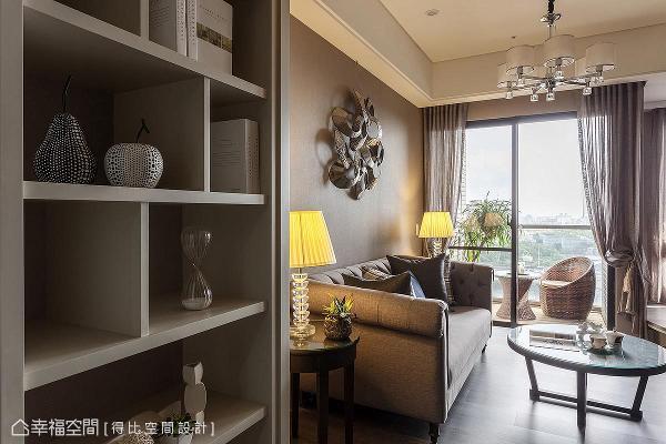 室内外地坪高度一致,模糊场域的分野界线,从餐厅望去,客厅与阳台宛若一体。