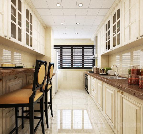 厨房采用的是白色橱柜,并且门口处有一个小吧台客厅方面采用的是与壁纸相呼应的米色沙发,黑色暗花的矮墩和电视柜家具做些点缀,电视墙采用的是大花白造型的的仿罗马柱式造型,内部贴壁纸。