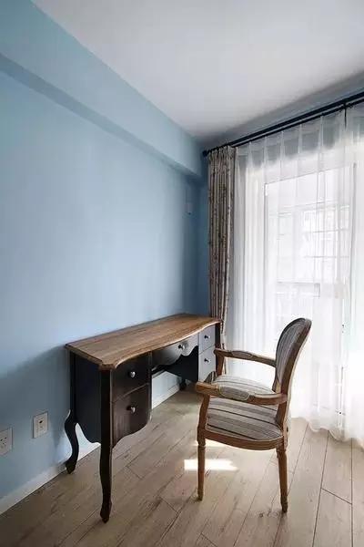 书房空间 书房采用淡蓝色的墙壁配合木地板,十分的清新自然。