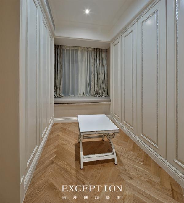 「设计解读·衣帽间」   不仅在衣帽间,在客厅的墙面、天花板和卧室衣柜都用了贝壳马赛克去勾勒,将海洋的曼妙和家交融。