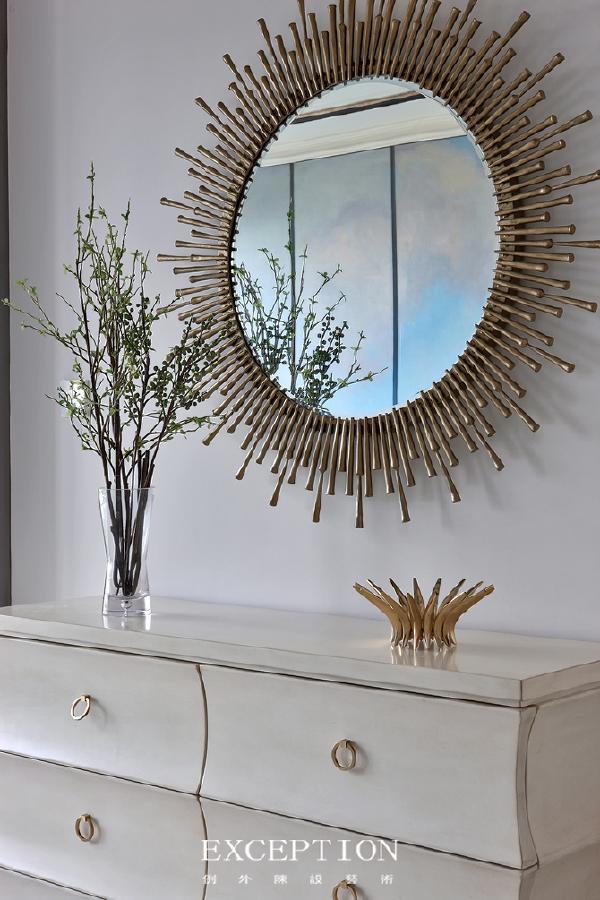 「设计解读·电梯厅细节」   纯铜而制的太阳镜极具质感和神秘感,象征希望和曙光,增加了空间的通透性。