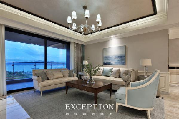 「设计解读·客厅」   夜幕降临,灯光下的蓝色挂画撩动淡淡情愫,它把外景引到了室内,与蓝色的抱枕和单人椅相呼应。