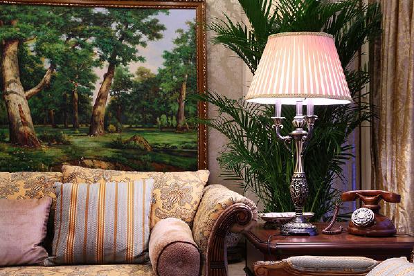 """洞岩漆的立柱,颗粒的摩擦感将""""天与地""""有机地结合,贵族气息从淡淡的色彩中透出,欧式皇家软装配饰,添加上定制的油画画面,仿佛在田园的风景中享受美式丰盛的早餐。"""