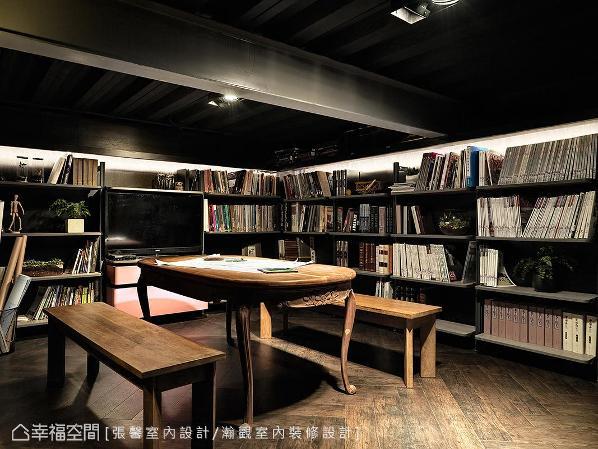 深色的小图书室,全公司的设计书都收纳在此,也是办公室里最安静的角落。当有人闷闷不乐时,也可以在这稍微自我平静一会儿。