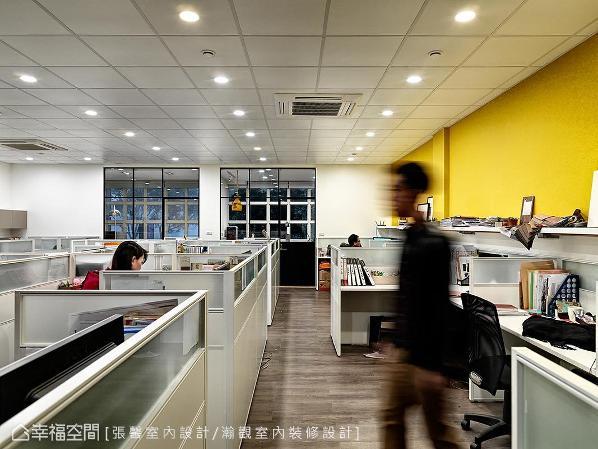 三楼全部属于设计部门办公室,用白色与亮黄色呈现明亮正式的环境气氛。最底端是设计总监张馨与执行长的办公室,一边象征设计总监的感性,另一边象征执行长的理性。