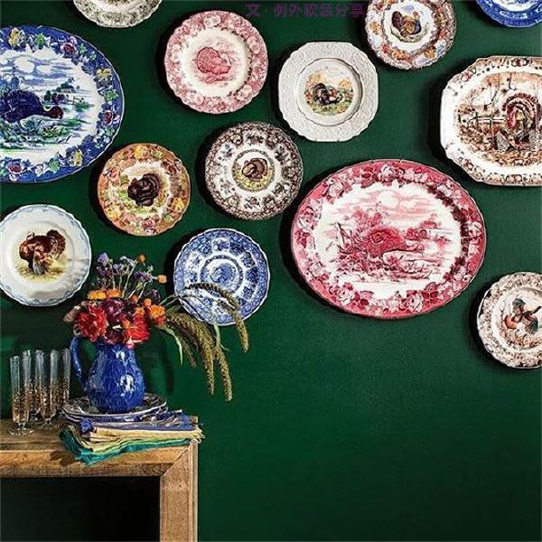 天天盛菜用的盘子也可以设计成美化环境的艺术挂盘,对于挂盘的艺术你又知道多少呢?国内外不同风格的装饰瓷盘,色彩、造型各有千秋,而隐含在其中的寓意更是大有来头。