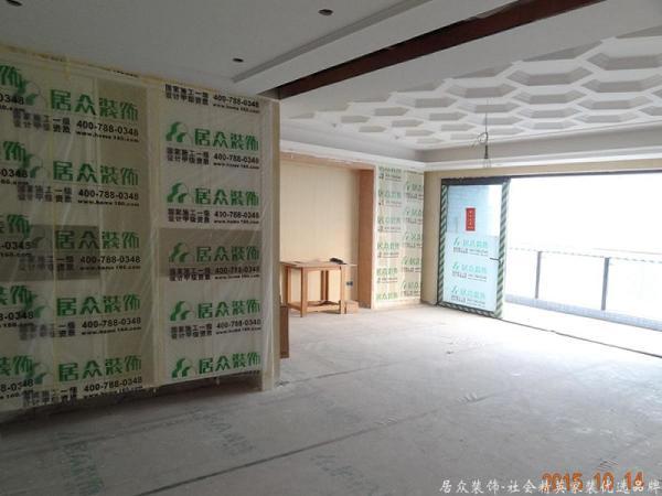 墙面及家具要保护到方方面面,柜体做好后,进行保护。防止后期灰尘污染,同时避免碰到油漆腻子等弄脏木质柜体。