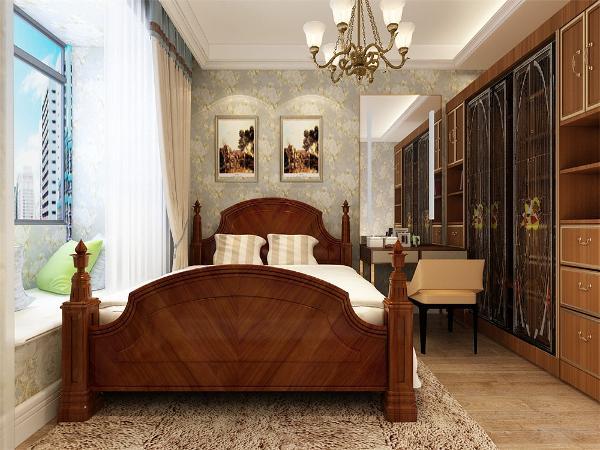 在主卧室的设计中,我们采用了木色的木地板铺装,地板采用的是实木复合地板具有防滑的功效,卧室打造的是美式风,床头背景墙采用的是挂画装饰。