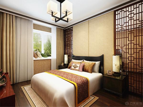 卧室的设计没有采用过多的造型,只是采用了软包的垫子和富有中式感觉的回字框还有镜面作为床头背景的装饰,因为客厅的造型装饰较为丰富