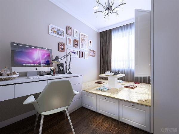 次卧室是用榻榻米加上一个衣柜和一个现代的书桌。