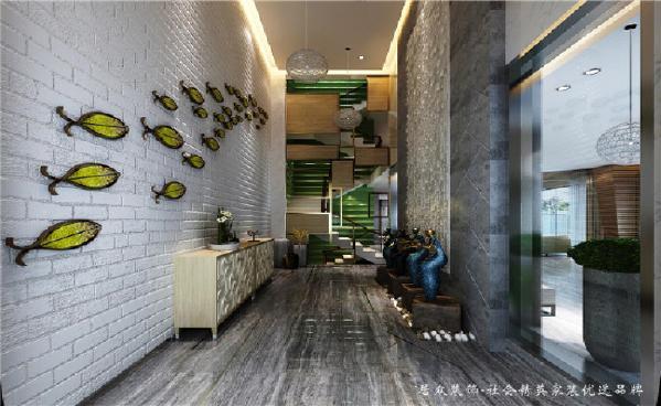 进门映入眼帘的就是翠绿色的鱼群装饰,在挑高的白色砖纹墙面显得轻尘脱俗,又十分具有活力。入户的摆件都是业主非常喜爱的,透出非凡艺术品味。