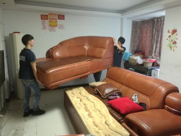 我们保护工正在搬移家具,进行整理归位保护 刷新电话:0571-87118839  17757145655