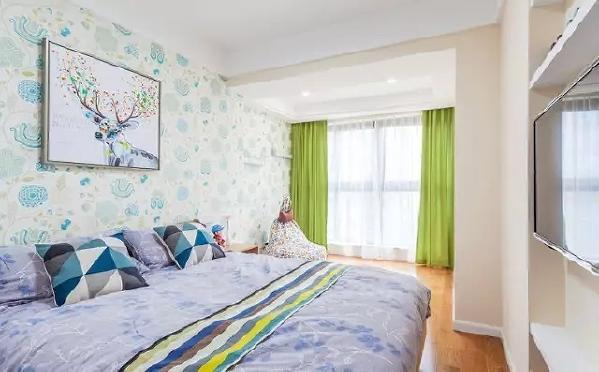 儿童房选择了淡雅的配色,阳台与卧室打通,给孩子留出更多的玩耍空间。