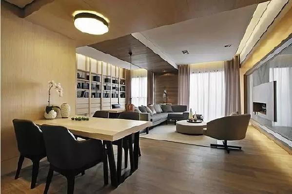 浅色系的长方形原木餐桌依墙而设,黑色的餐椅搭配的恰到好处,淡粉色的鲜花不仅装饰效果极佳,也能使整个空间弥漫着淡淡的芳香。