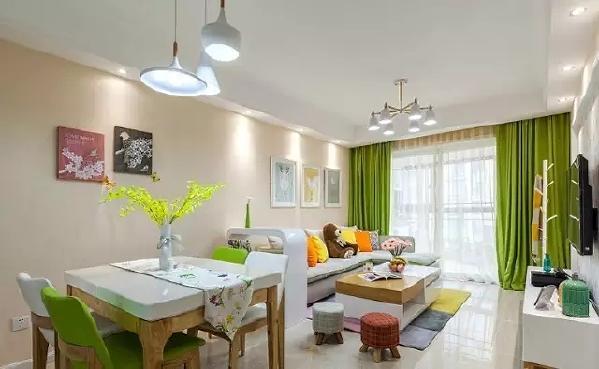 客厅最抢眼的当属绿色的窗帘了,贴近自然就和原木装修就和原木一样给人以自然朴素的舒适感。在浅色的环境中更显得生机勃勃,小清新的范儿的生活空间也能给人视觉上的舒缓,清爽宜人!布衣的装饰也使家居温馨温暖。