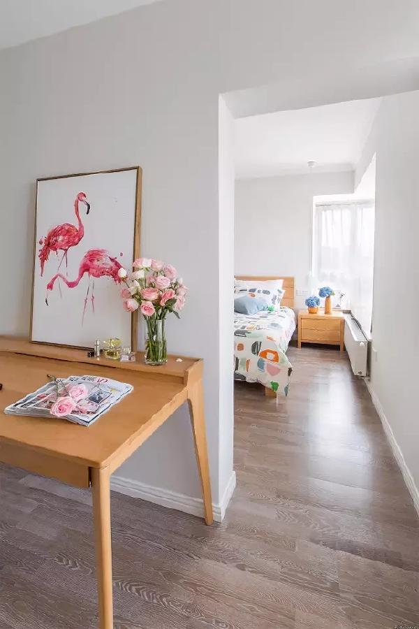 书房和卧室都用到了大量的原木家具,打造浓郁的自然感。