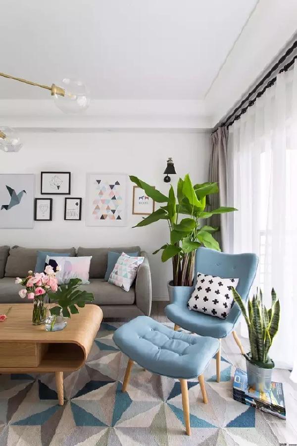 蓝、白、灰三色相间的地毯与沙发的颜色相呼应,一派和谐的景象。