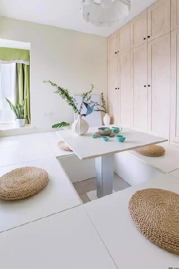 次卧做成了榻榻米,一扇小窗子不仅保证了通风和阳光,在这里品茶也更有情调。墙上整排的大收纳柜也让家里变得更整洁。