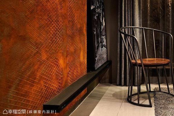 同样采特殊印刷手法仿制而成的锈蚀铁板,表面具有以假乱真的鲜明纹理,成功带出粗犷质地,却又摆脱工业风容易带给人的冰冷感受。