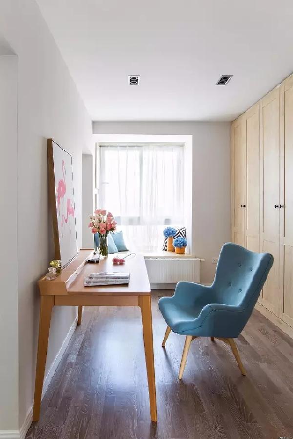 书房与卧室相连,简洁的布置让小空间也不显得拥挤。
