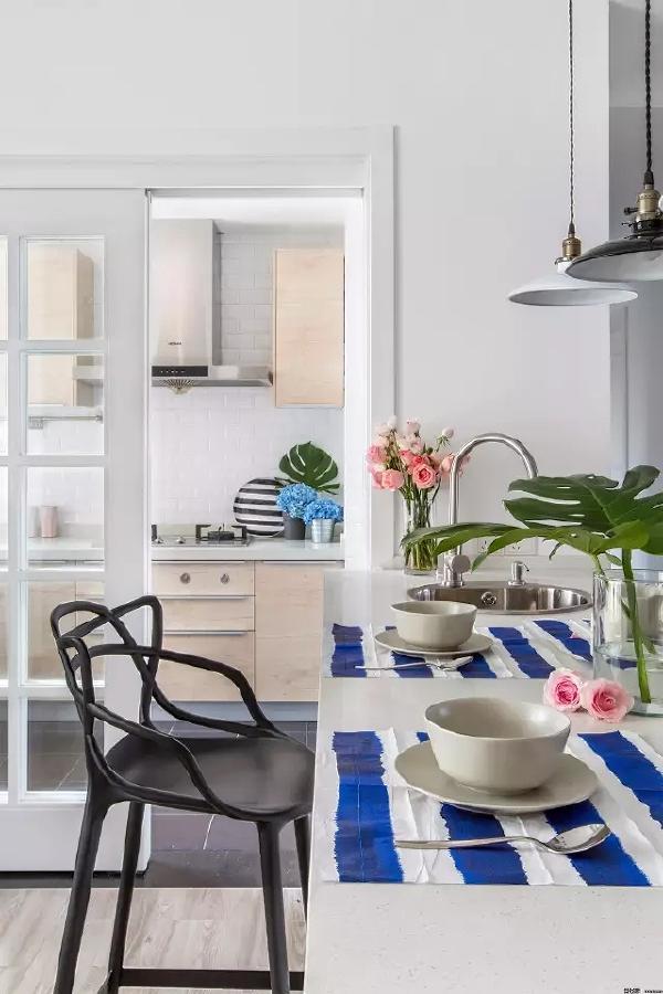 厨房与用餐区用透明拉门隔开,用餐区同时也能简单备餐,超级实用。