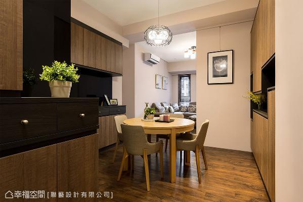 为满足屋主提出的收纳需求,自玄关到餐厅规划满满的柜体,壁面空间一点也不浪费。