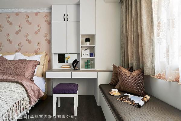 卓林室内设计整合化妆桌、收纳柜与卧榻的机能,化妆镜面也透过设计巧思隐藏于柜面内。