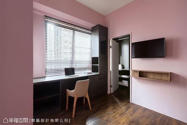 承袭公领域的设计,以粉色为主题色;善用梁柱形成的畸零地,让书桌和收纳机能合而为一。