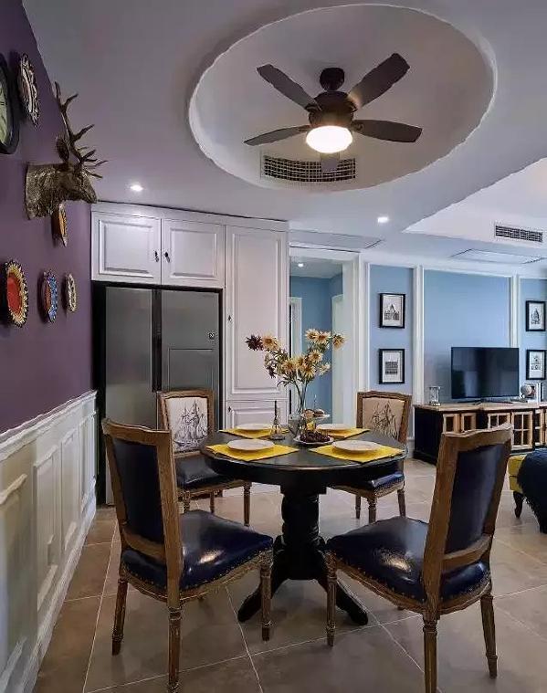 餐桌旁边设置了壁柜,中间凹进去的地方,刚好可以放下冰箱,非常节省空间。