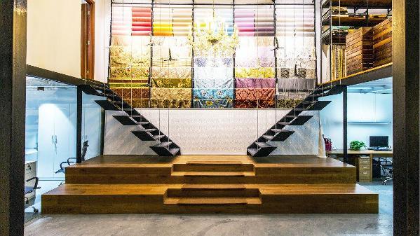 通往楼上的吊绳楼梯,增加了整体的工业时尚感,钢丝上悬挂的陶瓷跳水小飞人,也体现了公司的不断挑战与进取精神,墙面的壁纸与布艺如彩色精灵翩翩起舞