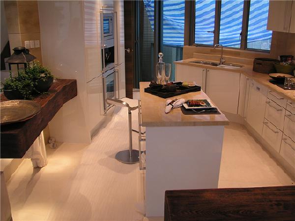 厨房设计完全考虑到业主平时的生活动线。岛台与餐桌合二为一。