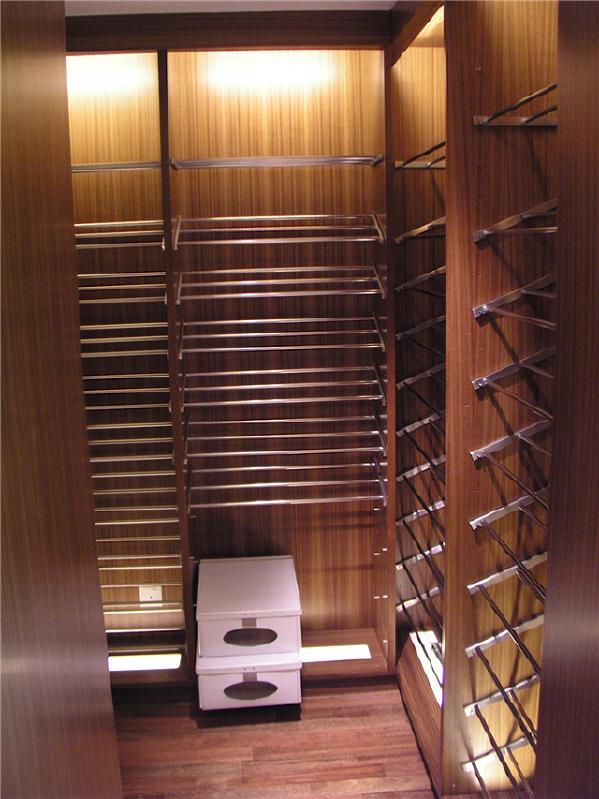 实木打造衣帽间,提升生活品质,完美家装全屋定制家具不限量。