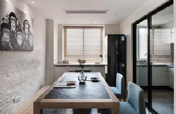餐厅的墙壁与客厅电视墙相辉映,体现整体的统一,一张餐桌一条长凳,两把软椅,这样的结合打破传统的一桌四椅,显得不那么生硬。