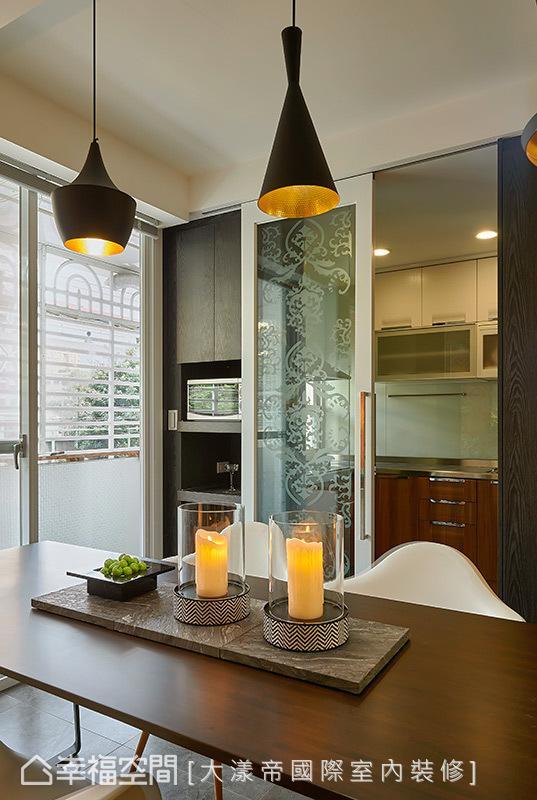 餐厨区的机能划分,以带有图腾的喷砂玻璃拉门区隔,其穿透感的特性可以让光线穿透,并能有效阻隔油烟。
