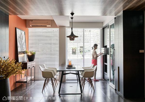 老屋翻新之后,「开放格局」与「流畅动线」让屋主的视野及心境更宽广,而餐厅旁的大面采光,也渲染着全家的幸福温度。