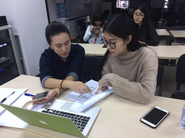 设计师与第五个业主进行户型改造及设计的沟通。