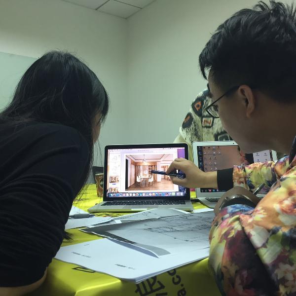 通过业主提供的房屋照片,设计师给她找到相似的户型设计进行讲解。