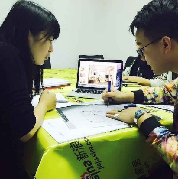 设计师与第一个业主进行户型改造及设计的沟通。