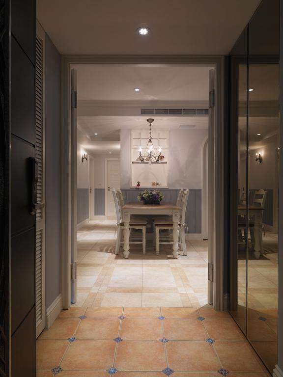 走廊的地面拼花配色明艳美丽,造型华丽。