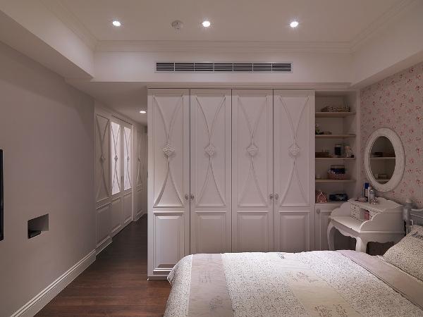卧室衣柜采用非常细致的面板造型,精致优雅。