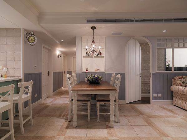 餐厅的吊灯与拱门设计非常复古,家具软装的搭配也返璞优雅。