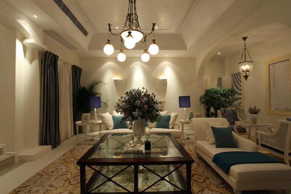 布光设计非常实用而且美观。在家具的设计上采用透明材质增加通透感。