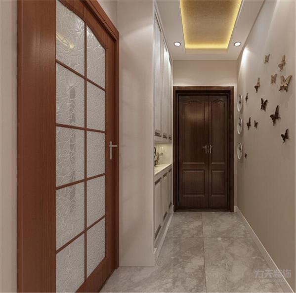 入户是一个小玄关,右手边是客卫的位置接着往里走是客餐厅的位置,壁纸的点缀,让玄关更温馨。