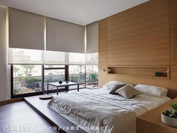 以架高木地板打造和室卧房,透过窗边桌几及布帘,营造出一派闲适的日式风雅。