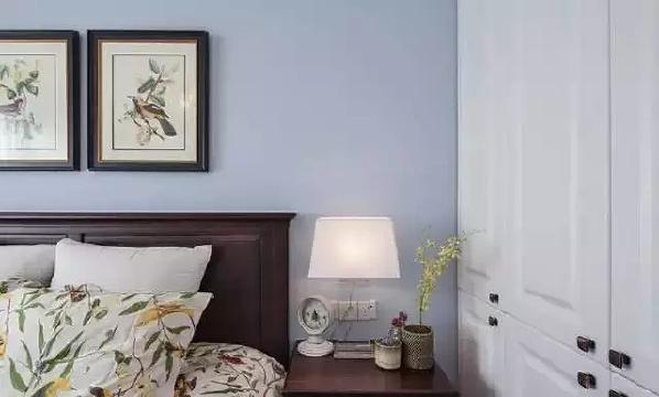 床两边还是延续传统摆了两张床头柜。 床头柜可以用来收纳一些零零散散的杂物, 柜子上面也可以安放台灯等物品、 要注意开关插座的位置。