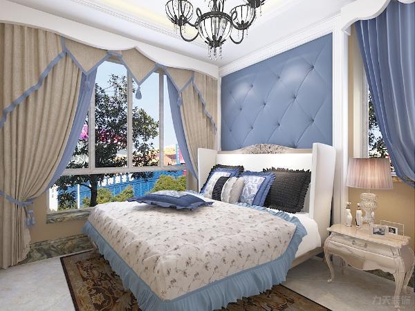 卧室有两扇窗户采光良好,卧室软包墙面线条柔软冷色调清新典雅浪漫中带着低调的奢华。