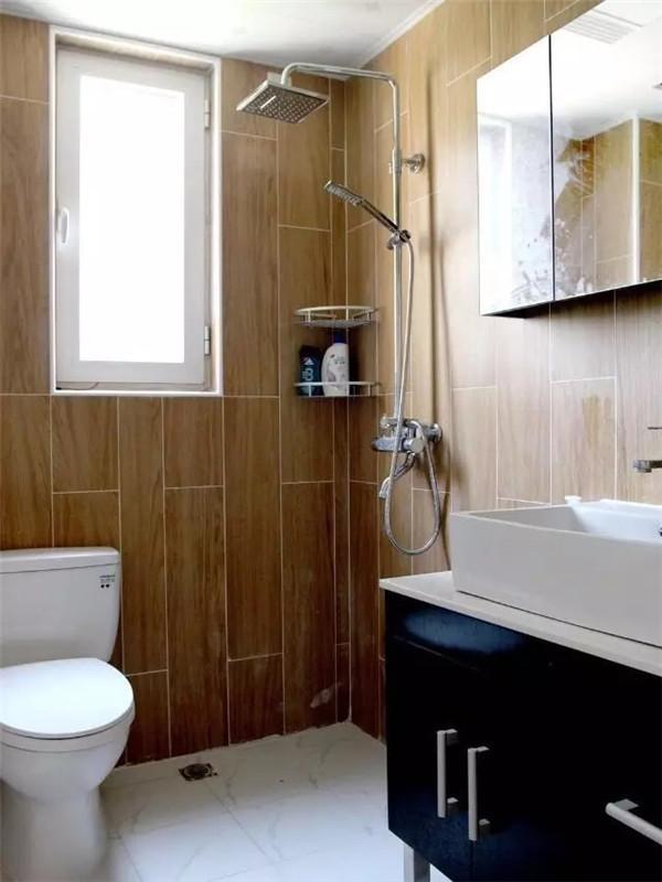 木纹砖铺贴客卫,带来宁静雅致、健康自然的视觉享受。