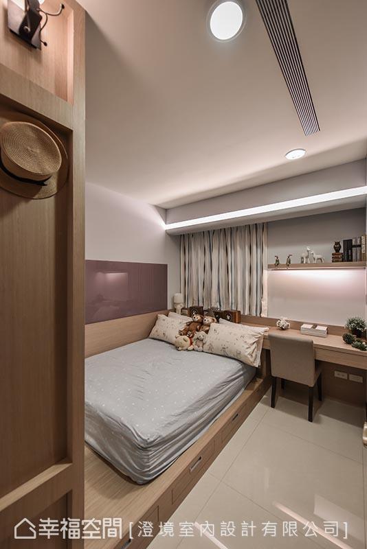 兼具夜灯与展示平台的床头设计,搭配上床尾活动式影音设备,长亲房内有着具体而微的幸福感。