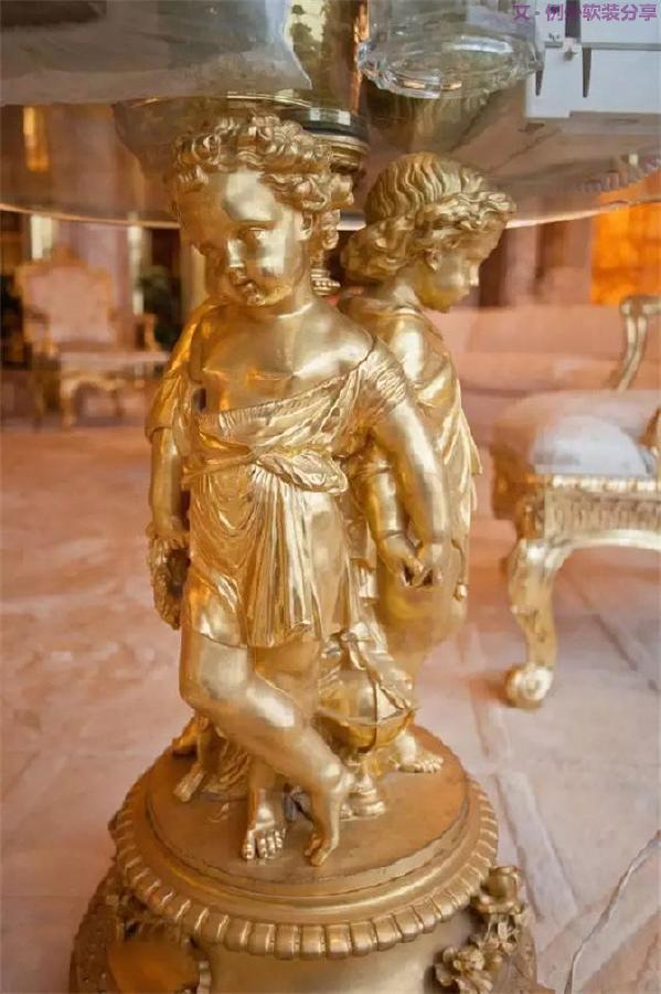 所以,你可以看到他的家:巴洛克风格的宫廷感设计,十八世纪的法式情怀,外加上满目的金色、浅褐色、玫瑰色和橘红色,闪耀而辣眼。巴洛克风格强调作品的空间感、立体感和艺术形式的综合手段