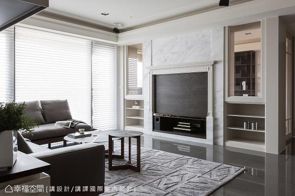 于电视主墙的设计上带入经典壁炉元素,考虑到预算问题,大理石材仅运用于主墙上方及侧边,电视摆放位置则以木皮呈现。
